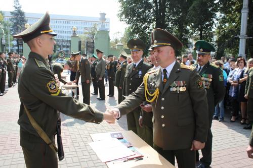 Курсанты 1-го курса военно-технического факультета, перед лицом своих товарищей, родных и близких, с оружием в руках, приняли военную присягу