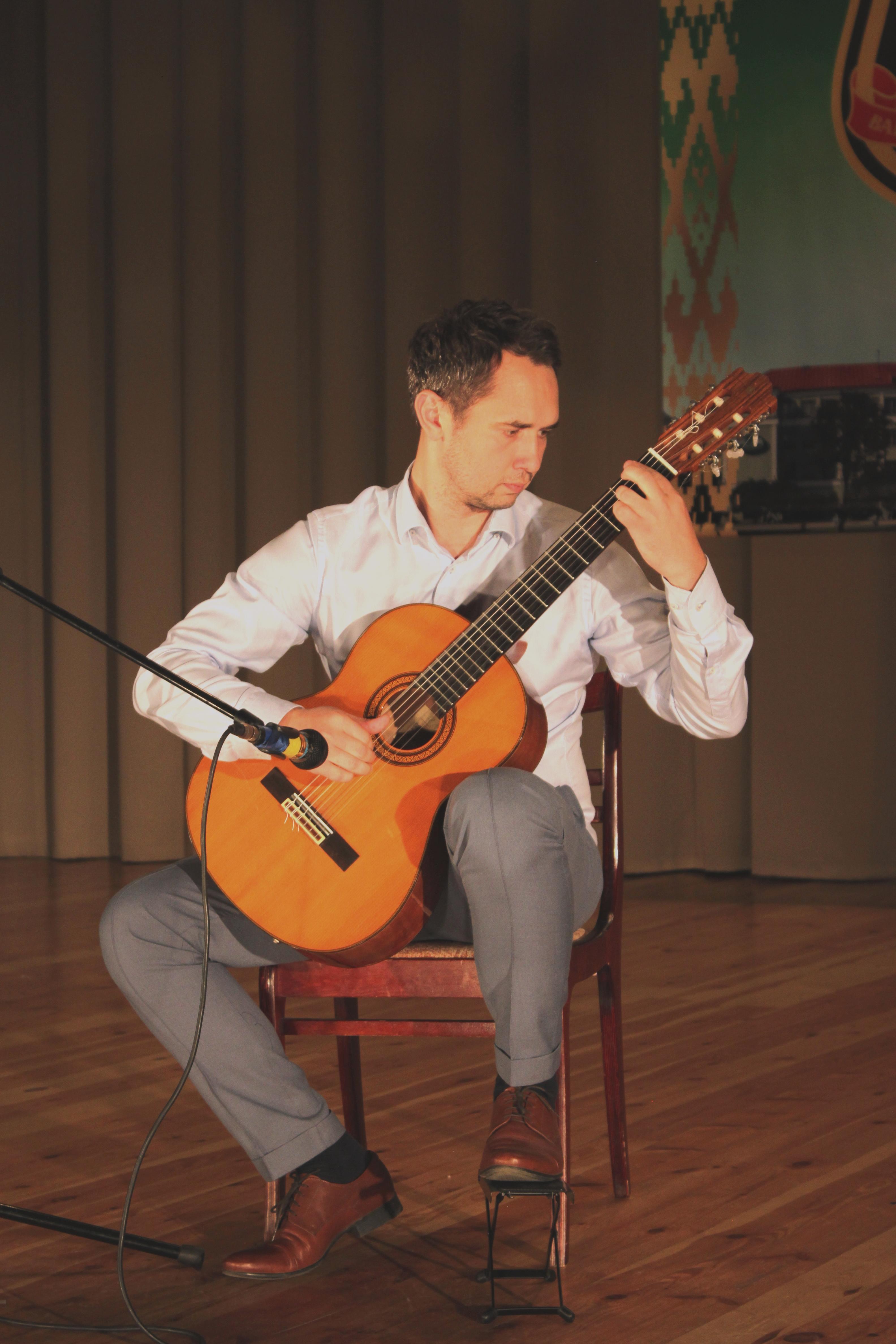 Парень с гитарой - Константин Меленяко