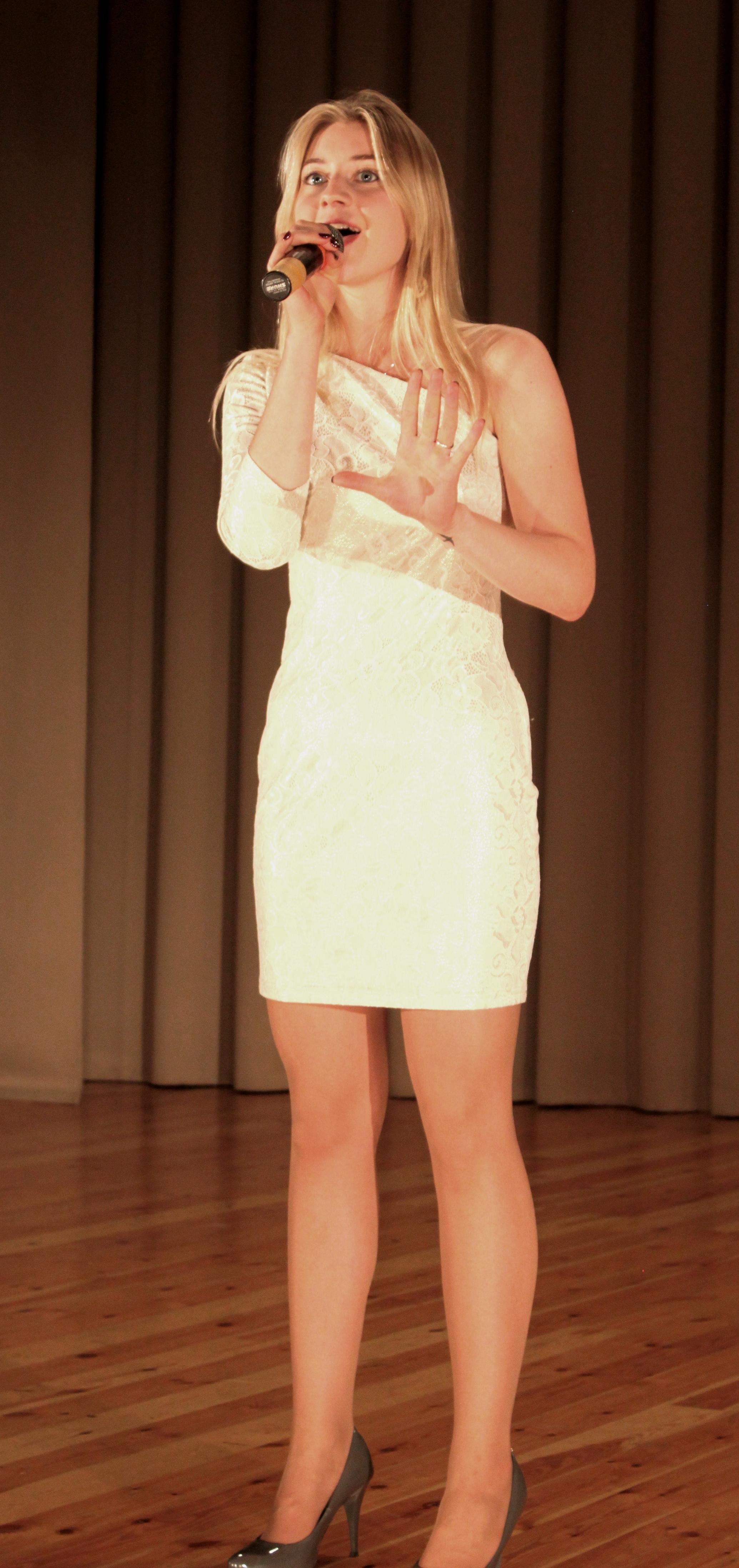 Красивая девушка Ульяна Наркевич с красивой песней