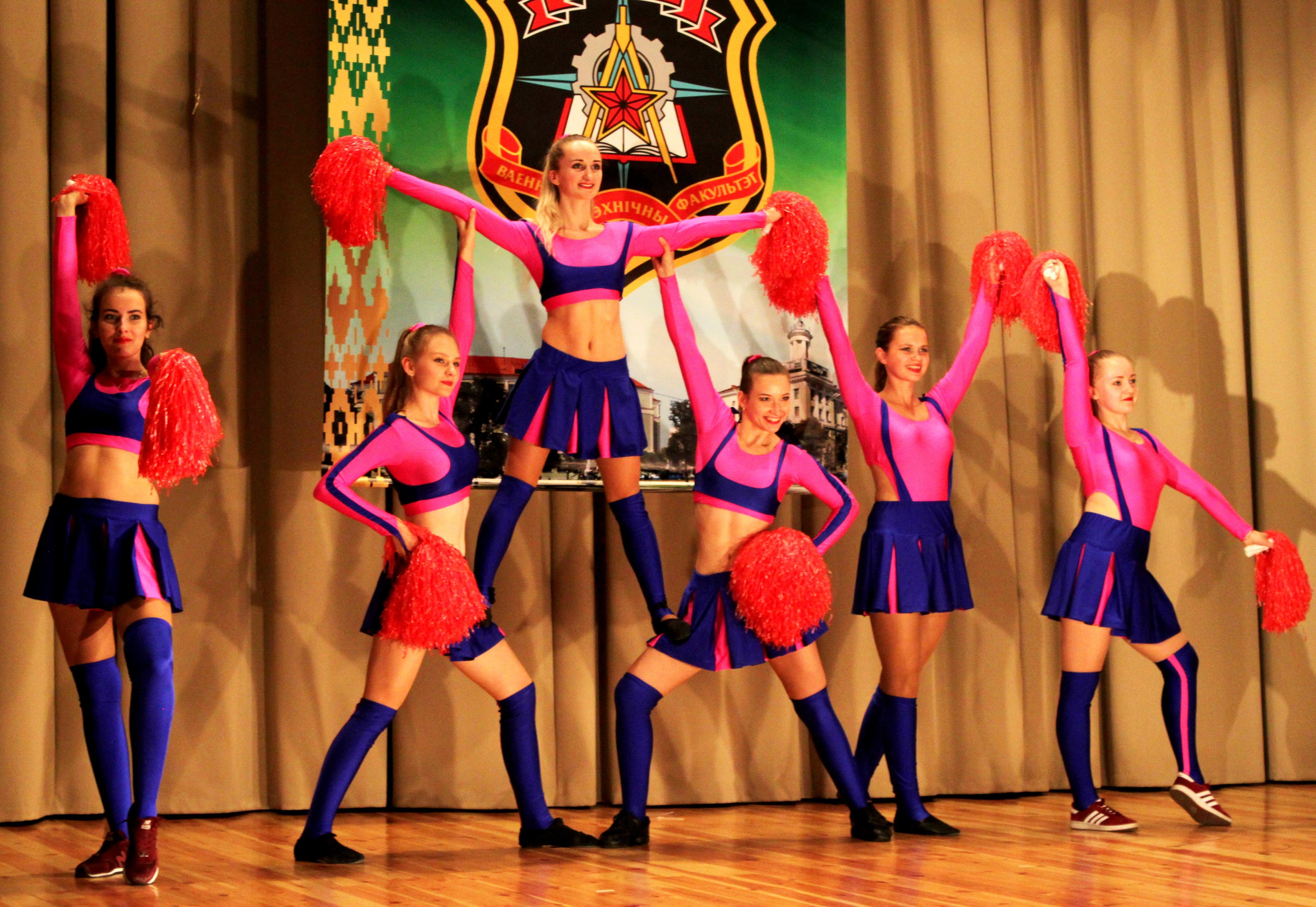 Коллектив эстрадного танца МЭД МАКС     открыл праздничный концерт