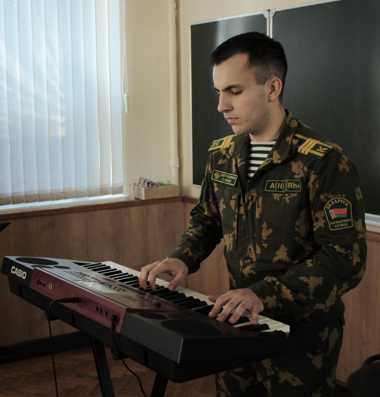 Курсант Антон Куцевич исполнил музыкальную композицию