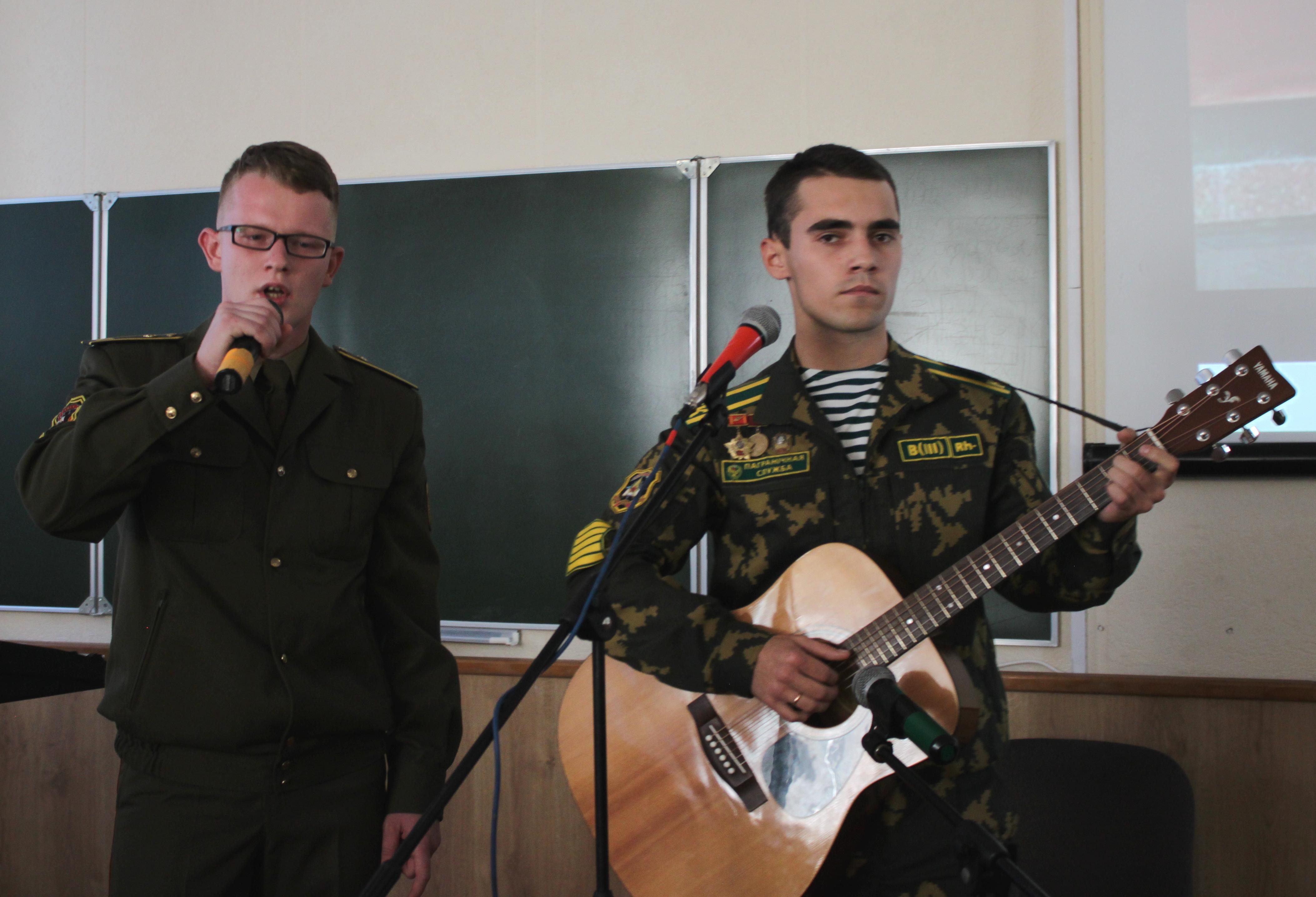 Курсанты Алексей Жуковский и Артем Лукашук исполнили песню под гитару