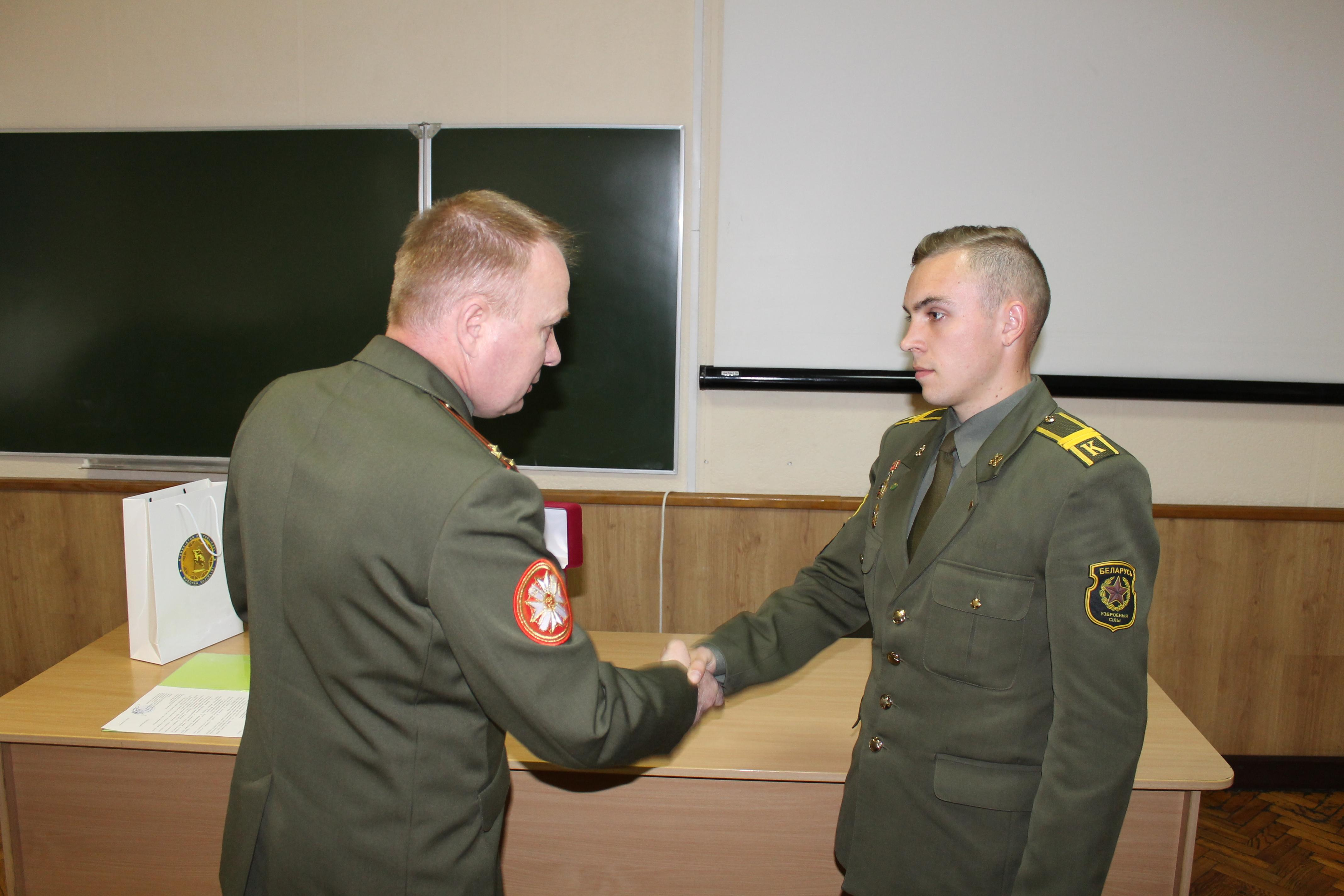 награждение полковником Игорем Слуцким младшего сержанта Селицкого Геннадия Сергеевича, курсанта 5-го курса батальона курсантов – в личном первенстве занявший 1-е место в весовой категории до 60 кг