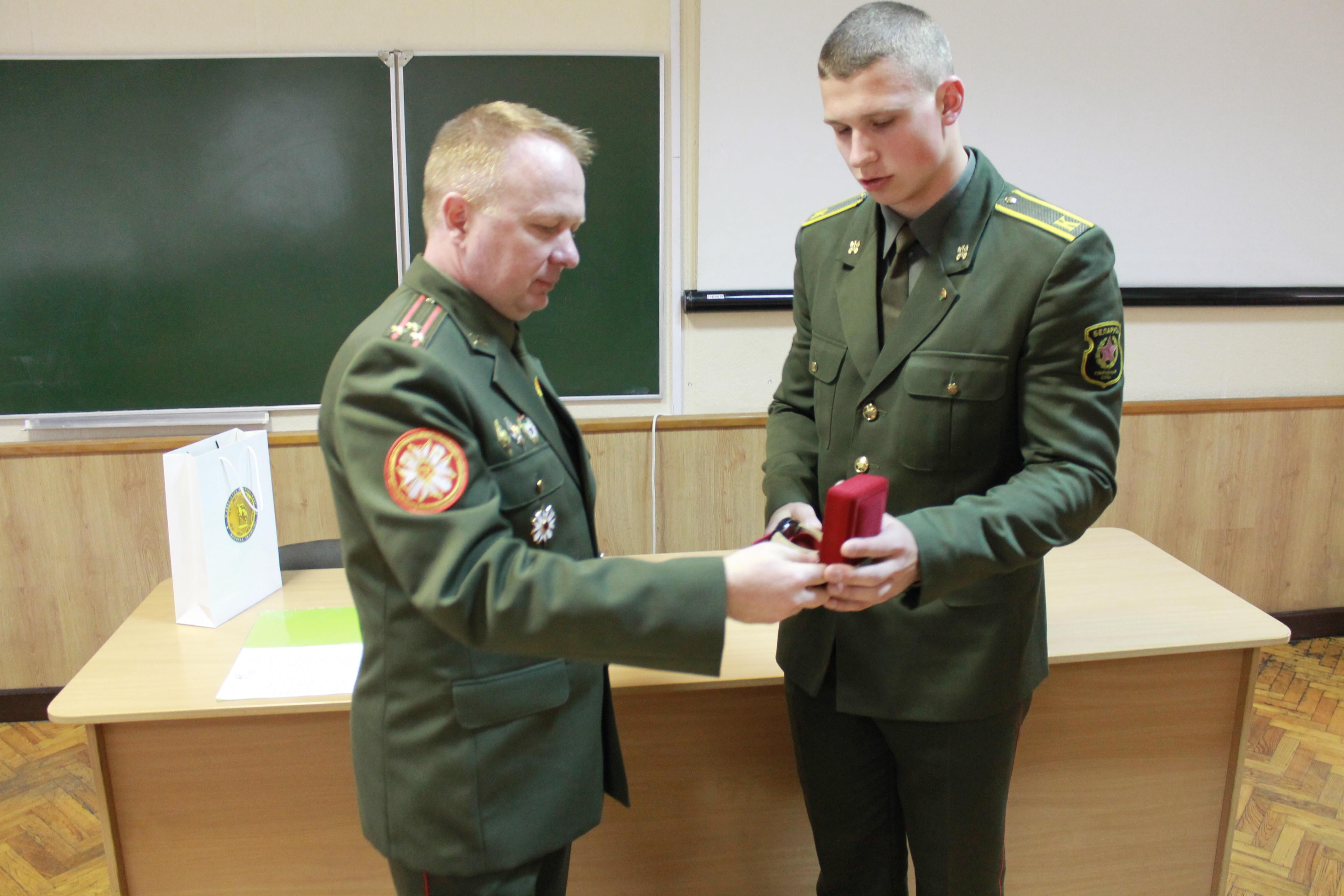награждение полковником Игорем Слуцким рядового Кируту Максима Михайловича, курсанта 1-го курса батальона курсантов – в личном первенстве занявшего 2-е место в весовой свыше 90 кг