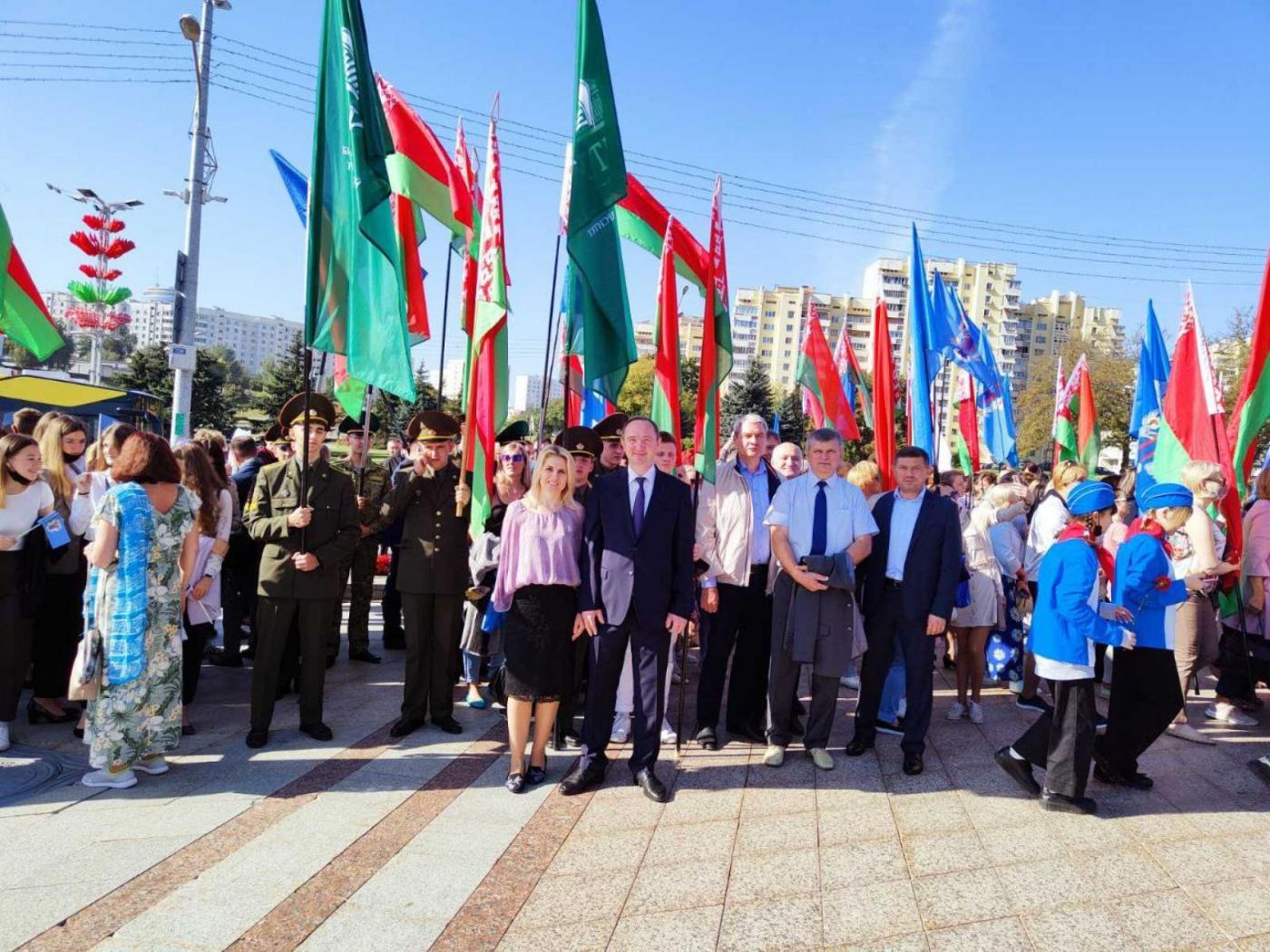 Представители БНТУ возложили цветы к обелиску «Минск – город герой»